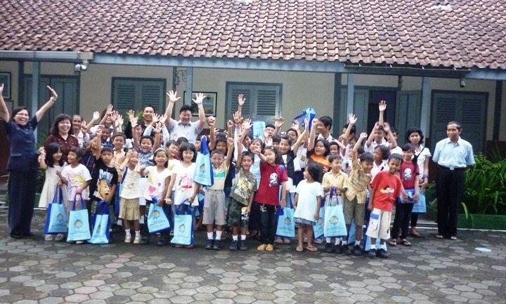 Berfoto bersama warga SD Pangudi Luhur Muntilan